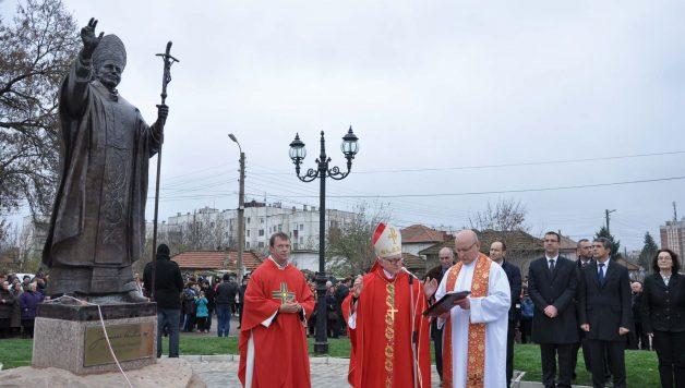 nunzio ap. ianugura statua Wojtyla